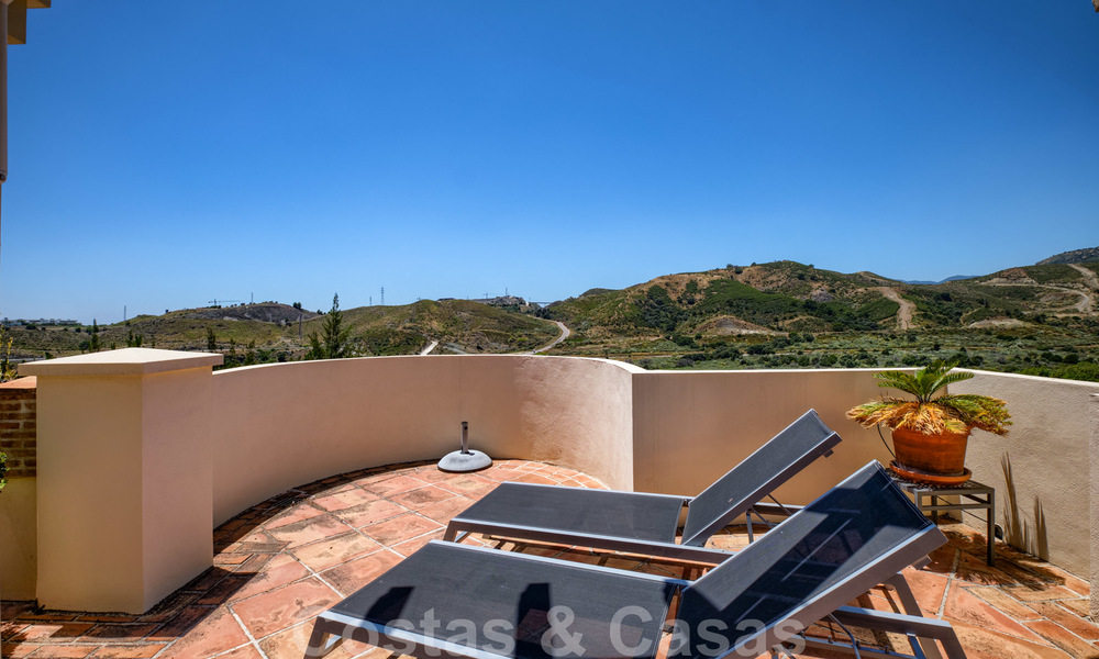Spacious luxury apartments with a large terrace and panoramic views in a stylish complex surrounded by a golf course in Marbella - Benahavis 25172
