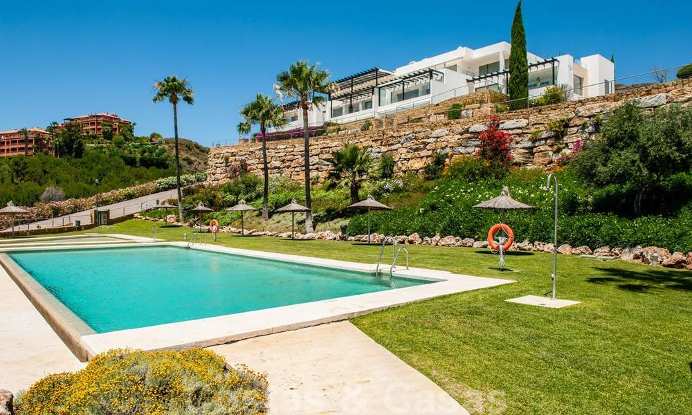 Modern front-line golf apartment with beautiful golf and sea views for sale in Los Flamingos Golf in Marbella - Benahavis 25149