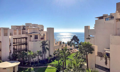 Modern apartment for sale in a front-line beach complex with sea views between Marbella and Estepona 25553