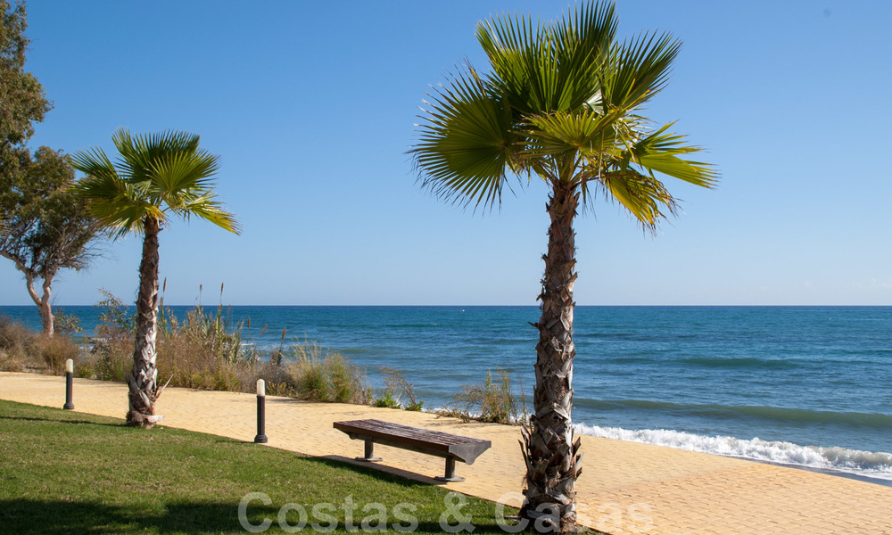 Modern apartment for sale in a first line beach complex with sea view, between Marbella and Estepona 25745
