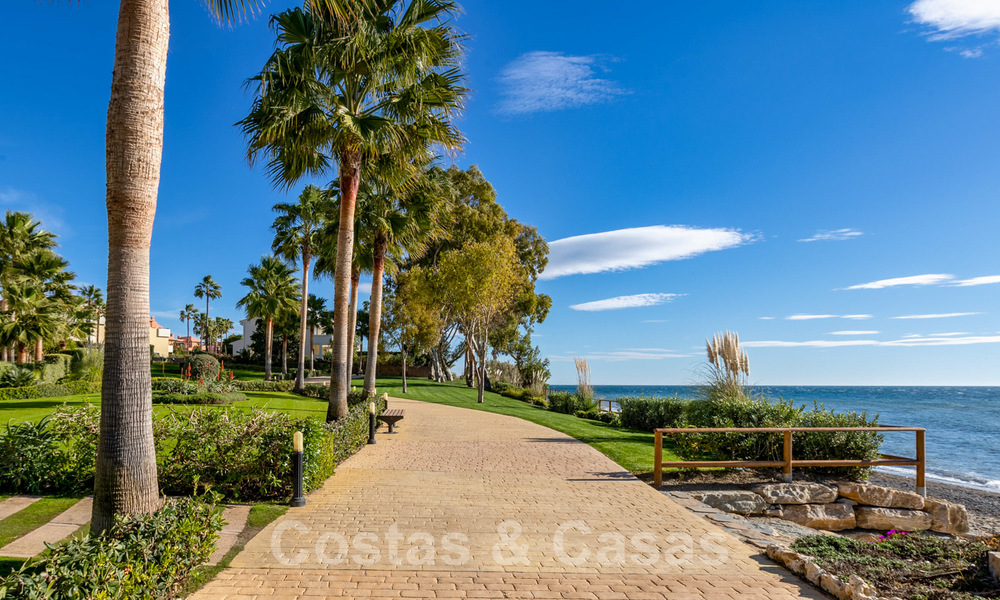 Modern apartment for sale in a first line beach complex with sea view, between Marbella and Estepona 25749