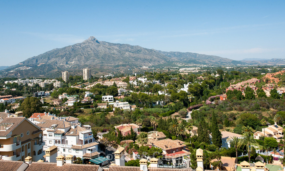 Renovated penthouse apartment for sale with sea views and within walking distance to all amenities and Puerto Banus in Nueva Andalucia, Marbella 30937