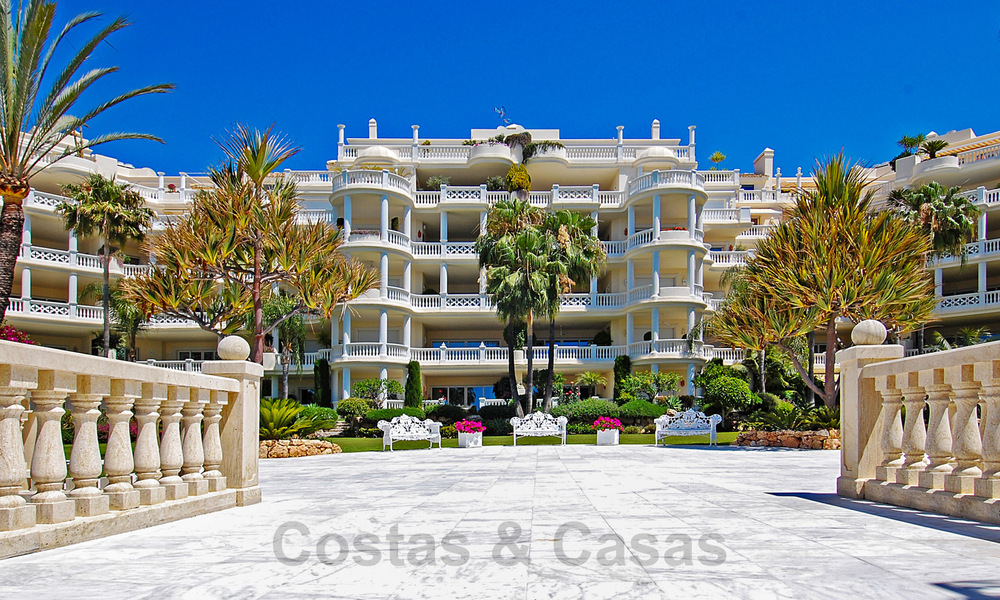 Exclusive apartment for sale with sea views in a frontline beach complex on the New Golden Mile, Marbella - Estepona 30950