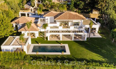 Luxurious villa for sale in a timeless style, close to amenities and the golf course on the New Golden Mile between Marbella and Estepona 31826