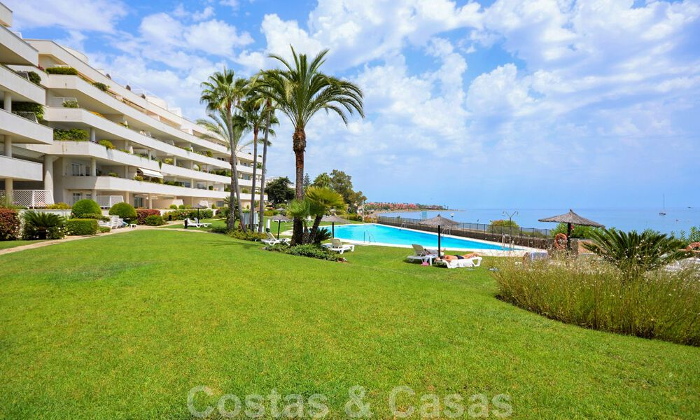 Frontline beach penthouse apartment for sale with private pool on the New Golden Mile, between Marbella and Estepona 32188
